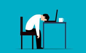 Blog - 3 unverzichtbare Software Lösungen - Titelbild - Mitarbeiter Kopf auf Schreibtisch