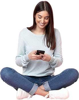 Net Promoter Score – Feedback Point - Beitragsbild - Digitale und Virtuelle Systeme im Corporate Design - Junge Frau am Smartphone