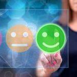 Feedback Terminals - Beitragsbild - Messen Sie die Zufriedenheit - Smiley Buttons und Frau