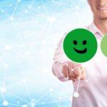 HappyOrNot®– Feedback Lösungen - Titelbild - Mann bei der Produktbewertung