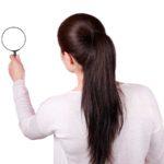 Blog & News - Beitragsbild - Aktuelle Beiträge - Frau mit Lupe