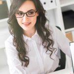 Branchen & Beispiele für Kostenoptimierung - Titelbild - Unternehmensberaterin mit Kostenaufstellung