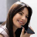 Callcenter Optimierung - Beitragsbild Banner Sprachauthentifizierung - Frau mit Smartphone am telefonieren