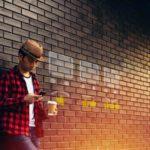 Customer Experience Beitragsbild - Junger Mann beim bewerten von Produkten