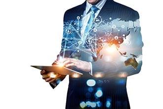 Customer Experience Beratung - Beitragsbild Vorteile Flexibilität - Mann mit einem Tablet vernetzt