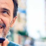 Kontakt paulusresult. – Beitragsbild Kontaktformular - Mann mit Smartphone am telefonieren und lächelt