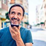 Kontakt - Beitragsbild - Mann mit Smartphone am telefonieren