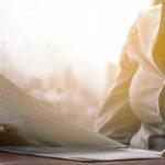 Kostenoptimierungen Online-Rechner - Titelbild - Beraterin im Büro bei der Kostenoptimierung
