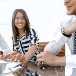 Kostenoptimierung & Kostenmanagement - Beitragsbild Banner Sachkosten - Teamarbeit Unternehmensberater