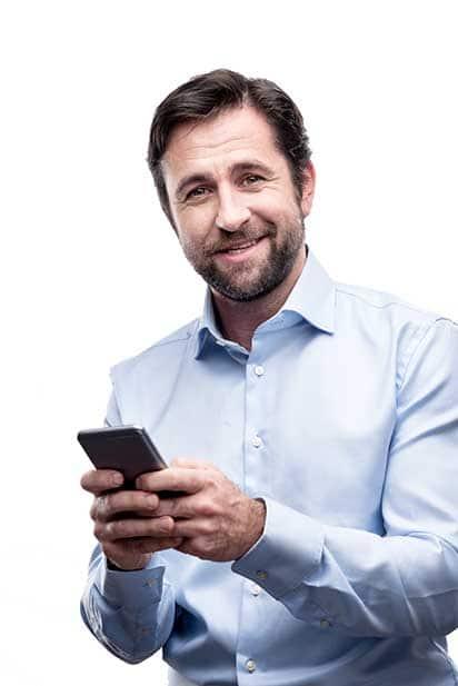 Kostenoptimierung - Beitragsbild - Kosten optimieren durch Digitalisierung - Mann mit Smartphone