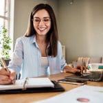 Kundenbefragung – Beitragsbild - paulusresult. Fragebogen-Workshop - Unternehmensberaterin am Schreibtsich