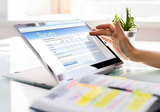 Kundenbefragung - Beitragsbild - Ablauf des Fragebogen Workshops - Umfrage auf dem Tablet
