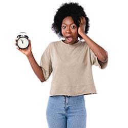 Kundenbefragung - Beitragsbild Schnelle Ergebnisse - junge Frau mit einer Uhr in der Hand