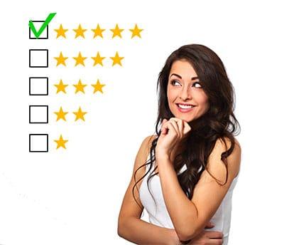Kundenbefragung - Beitragsbild - Was ist eine Kundenbefragung - junge Frau bewertet ein Produkt miot 5 Sterne