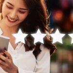 Kundenzufriedenheit messen und steigern - Beitragsbild Banner Kundenzufriedenheit und Customer Experience - Kundin Kundenbewertung per Smartphone