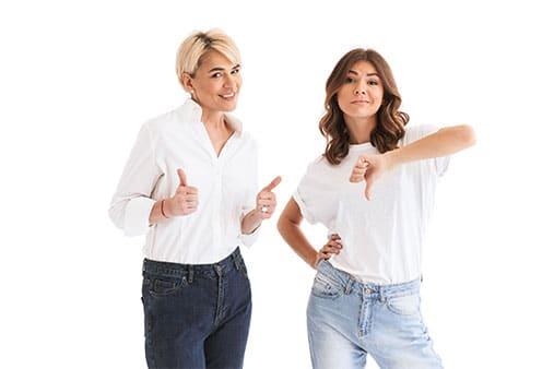 Kundenzufriedenheit messen und steigern – Beitragsbild - Definition Kundenzufriedenheit - Frauen mit Daum rauf und runter