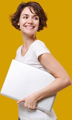 Net Promoter Score® (NPS) – Konzept - Beitragsbild - Tools & IT – Umfrage durchführen - junge Frau mit Laptop unter dem Arm