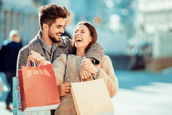 Net Promoter Score® (NPS) – Konzept - Beitragsbild - Tools & IT – Umfrage durchführen - junges Paar mit Taschen