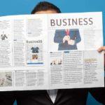 Newsletter - Beitragsbild Facebook - Immer auf dem Laufenden bleiben - Mann mit Zeitung