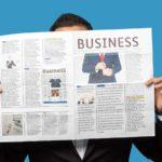 Newsletter - Beitragsbild - Immer auf dem Laufenden bleiben - Mann mit Zeitung