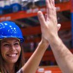 Sachkosten optimieren - Beitragsbild Sachkostenoptimierung beim Warenhandling - Mitarbeiter high five