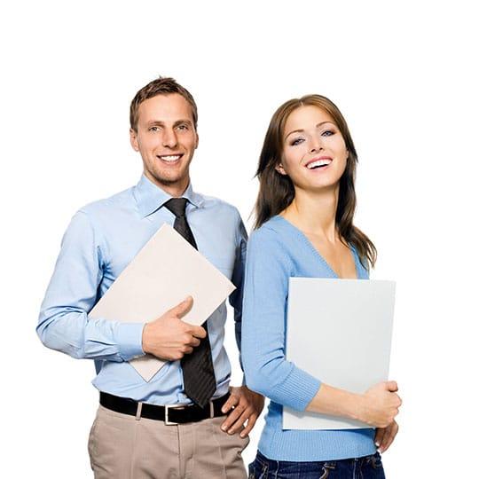 NICE Satmetrix CEM Software - Beitragsbild Benchmarks & NPS-Zertifizierung - Frau und Mann mit Unterlagen