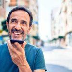 Sprachauthentifizierung Effizienz Rechner - Beitragsbild Banner lassen Sie uns sprechen - Mann mit Smartphone am telefonieren und lächelt