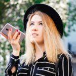 Sprachauthentifizierung Effizienz Rechner - Beitragsbild Facebook - Frau mit Smartphone am telefonieren