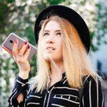 Sprachauthentifizierung Effizienz Rechner - Beitragsbild - Frau mit Smartphone am telefonieren