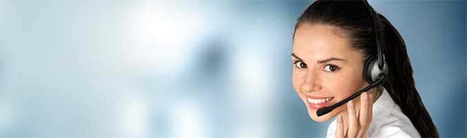 Startseite paulusresult Unternehmensberatung - Banner Callcenter Optimierung - junge Frau bei der Arbeit im Call-Center