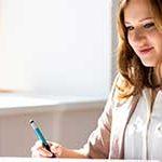 Startseite paulusresult Unternehmensberatung - Banner Kostenoptimierung - junge Frau bei der Kostenanalyse